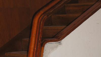 Trappan upp till balkongen i A-salen var i dåligt skick innan renoveringen.